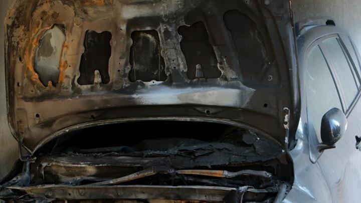Ζημιές σε δύο αυτοκίνητα ύστερα από φωτιά